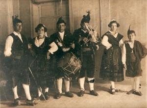 Semeya de la coleución del Muséu del Pueblo d'Asturies donada por Mariano Castro, fízose na Fiesta'l Bollu de Madrid, nel añu 1916. Dende la manzorga Pepe Carmina, Juia Ordieres, el gaiteru Libardón, el tamboriteru Pepe L'Abadía,  Nieves Ordieres y el neñu César Ordieres.